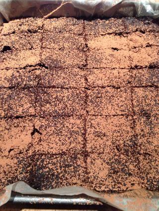Retire la sartén del horno y dejar enfriar. Córtelas en 16-20 piezas. Servir brownies con cacao tamizado