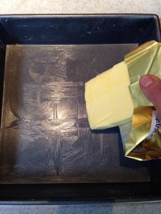 Cepillo / mantequilla de atropellar a una plaza molde para hornear de 20 cm. Yo suelo ir con la forma perezosa de la utilización de la mantequilla envuelto para engrasar la sartén si's a brand new butter