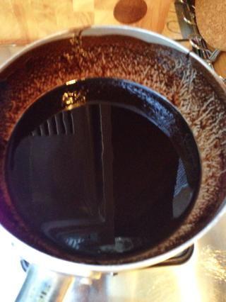 Combine la mantequilla y 200gm del chocolate en una cacerola mediana o un pequeño bote. Revuelva a fuego lento hasta que esté suave. Dejar enfriar durante 10 minutos