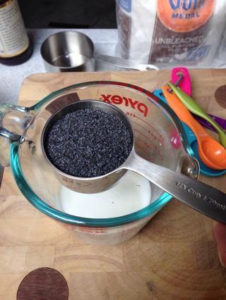 Coloque la leche en un tazón y agregue las semillas de amapola.