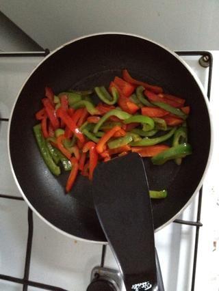 Slice y campana fríen los pimientos.