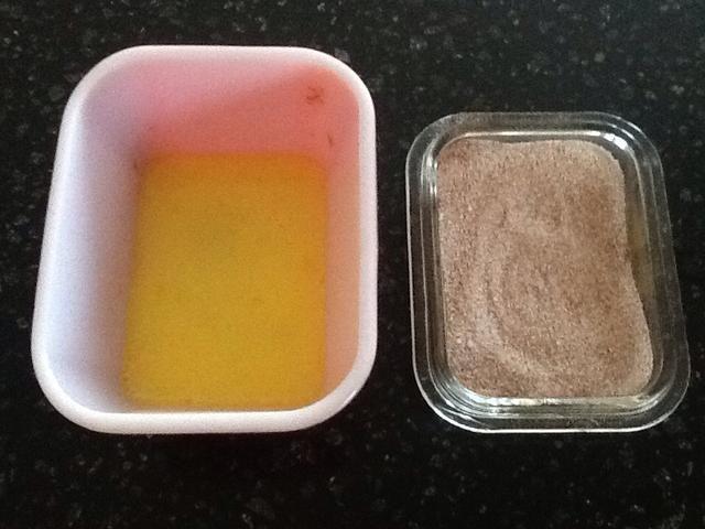 Batir el huevo restante con 1 cucharada de agua. En un recipiente aparte, mezcle 1 cucharada de azúcar con 1 cucharadita de canela.