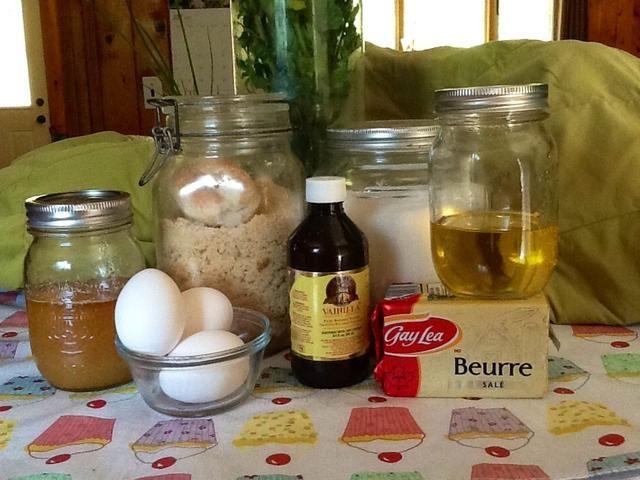 En un recipiente separado añadir la mantequilla, el aceite, y tanto el azúcar blanco y marrón. Con un mezclador o mezcla de cuchara durante unos dos minutos.