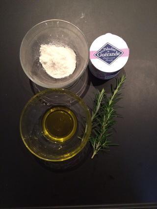 Preparar el aceite de oliva, harina, porque la masa es muy pegajosa. También hay que preparar la sal kosher, y el romero para poner en la parte superior