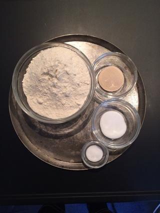 Los ingredientes secos: harina 400g + 1 cucharada de levadura instantánea de azúcar + 1 cucharada de sal 1 cucharadita +