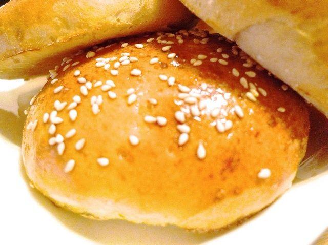 Cómo cocer al horno fresca hecha en casa hamburguesa y bollos del perrito caliente Receta