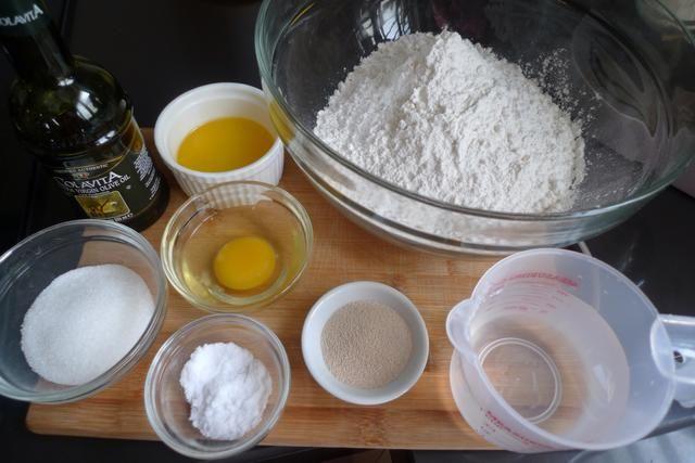 Preparar los ingredientes necesarios para hacer hamburguesas y perros calientes bollos. Los ingredientes son los suministros de Snapguide o acceder a favor huangkitchen.com/fresh-homemade-hamburger-hot-dog-buns para más detalles.