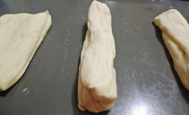Voltee el corte de masa y formar en una forma caliente pan de perro alrededor de 5 pulgadas de largo.