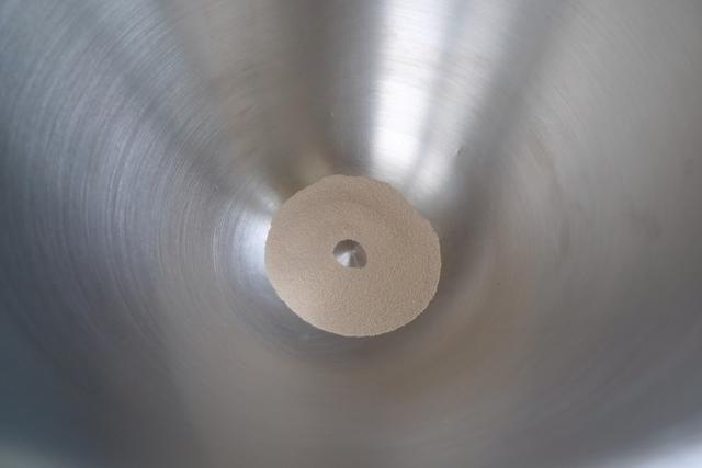 A continuación, coloque la levadura en un tazón de una batidora de pie.