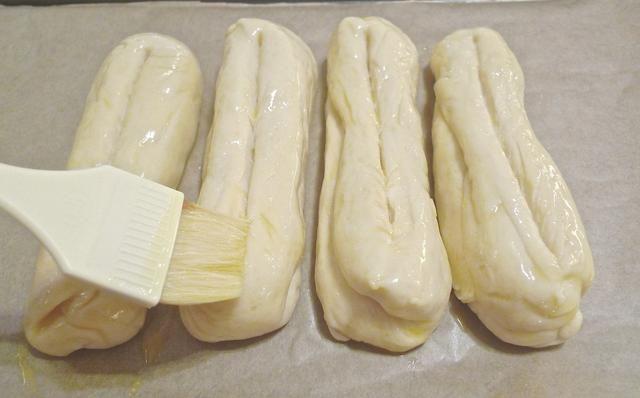 Cepillo de mantequilla derretida sobre la parte superior y los lados de cada pan.
