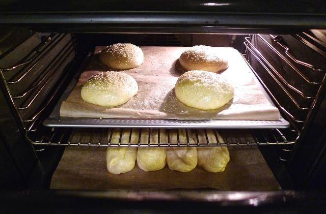 Hornee las hamburguesas y perros calientes bollos en el horno precalentado hasta que estén doradas, aproximadamente 16 a 20 minutos.