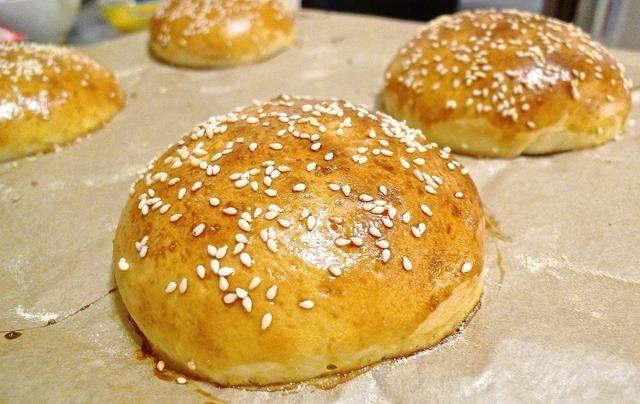 Deje que los panes de hamburguesa enfríen completamente antes de cortar o utilizarlos para hacer hamburguesas.
