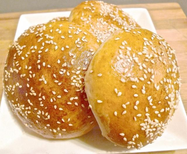 Retire los panes de hamburguesa enfriadas desde la bandeja de horno en un plato para servir.