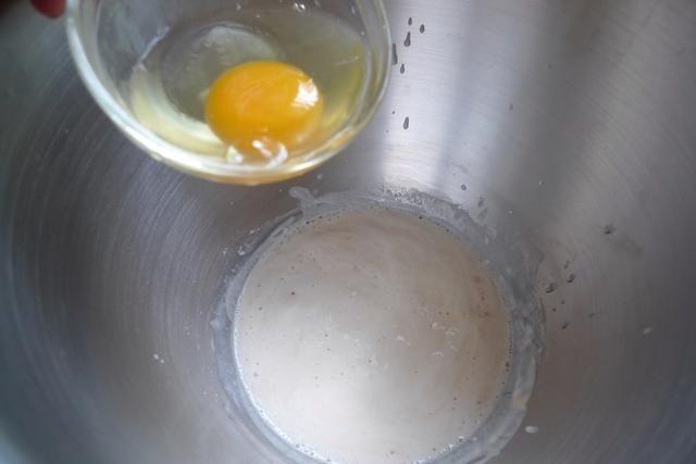 A continuación, agregue en 1 huevo entero.