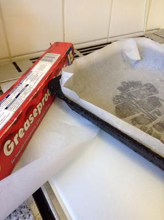 Cubra una bandeja para hornear con papel de horno.