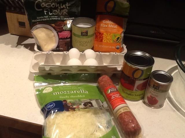 Ingredientes para nosotros son una lata de salsa de tomate, pasta, condimentos, la naturaleza abierta sin curar salchichas calientes y 2 tazas de queso mozzarella rallado.