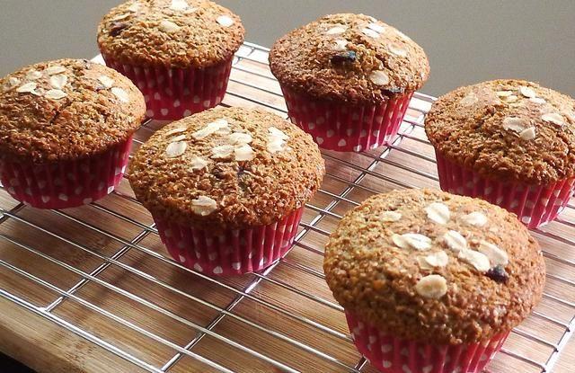 La transferencia de los molletes del molde para muffins y dejar enfriar sobre una rejilla.