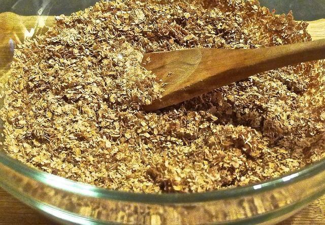 Añadir el suero de leche en la taza de salvado de trigo.