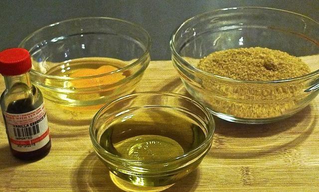 A continuación, preparar y medir ingredientes para mezclar con la mezcla de salvado: azúcar morena (2/3 taza), extracto de vainilla (1 cucharadita), aceite vegetal (1/3 taza) y el crack 1 huevo en un tazón.