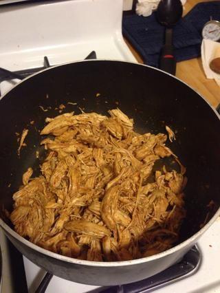 Después de que el pollo esté cocido, triturar. Después de que el pollo termine de cocinar, había un poco de la mezcla de caldo sobrante. Yo rallado con la mezcla y terminó disolviéndose en el pollo. Yum!
