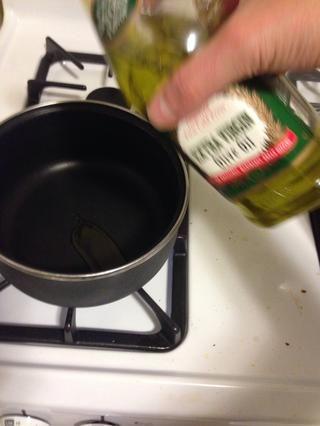 Añadir 1 cucharadita de aceite de oliva en una sartén y baje el fuego alto. (Lo siento por foto borrosa)