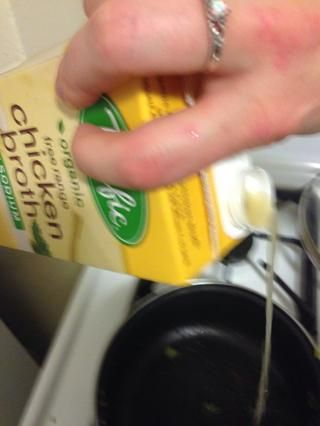 Añadir el caldo de pollo 1 taza.