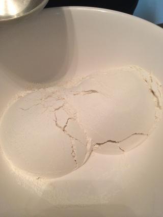 2 tazas de harina en un bol.