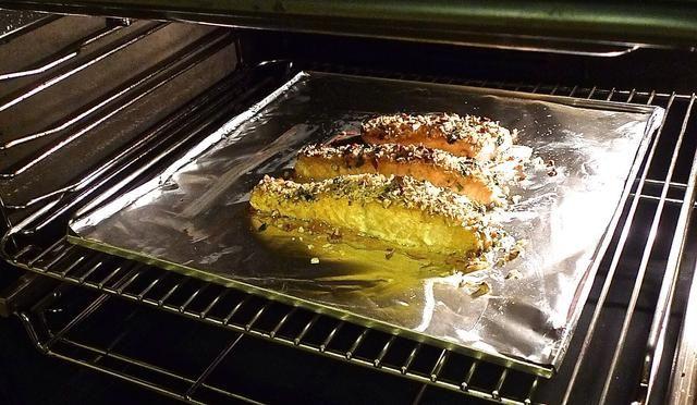 Hornee el salmón acristalado en el horno precalentado durante 12 a 15 minutos o hasta que el pescado recién comienza a descamarse.