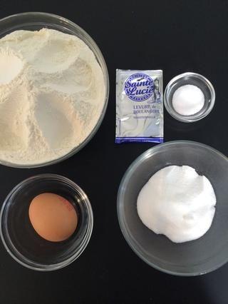 Harina 500 g + 80 g de azúcar 1 cucharadita de sal + + 8 g de levadura instantánea + 1 huevo grande (65 g) golpeado - tortilla. Mezcle todos los ingredientes secos añadir el revuelo leche caliente. Batir el complemento huevo. Mix amasar 10 minutos (5 en una mezcladora)
