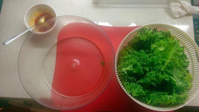 Mezcle 1T de ghee (para un sabor a mantequilla) + 1T de aceite de uva en un tazón pequeño. (De lo contrario, sólo tiene que utilizar 2T de aceite.) Añadir una pizca de sal. Opcional: Agregue 2 pizcas de pimentón ahumado u otras especias.