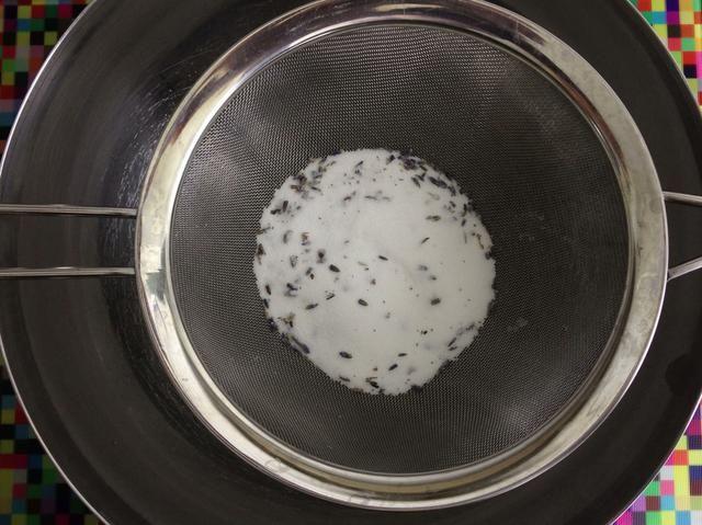 Tamizar 125 g de azúcar de lavanda en un tazón grande para mezclar.