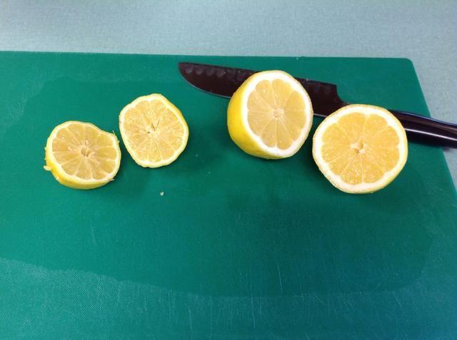 Mientras que la corteza es cocinar, recoger 2 limones y cortarlos por la mitad para ser juiced