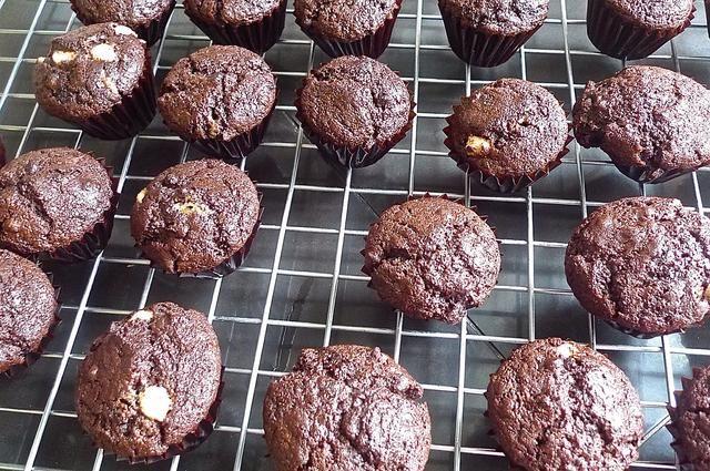 Retire los muffins de la sartén para enfriar sobre una rejilla.