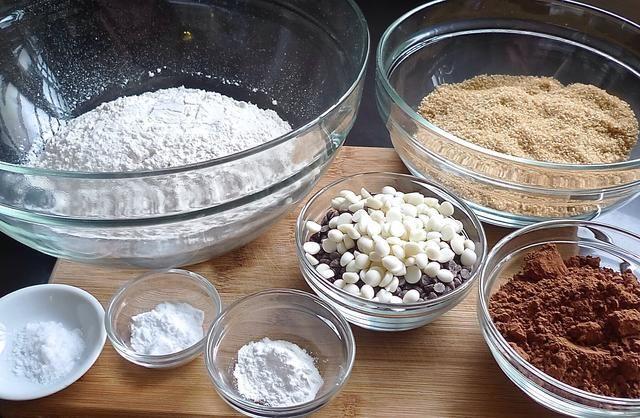 Mida todos los ingredientes secos.