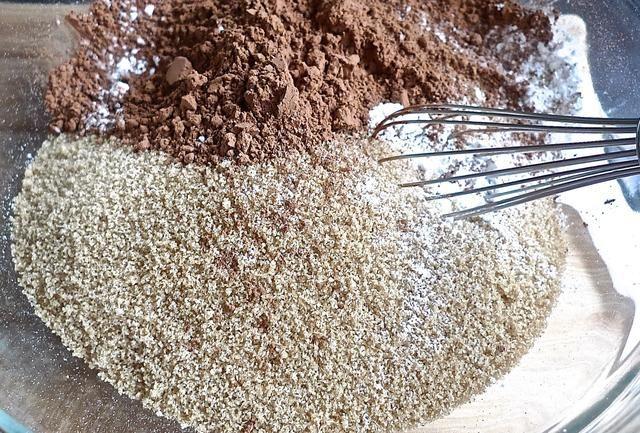 En un tazón grande, agregue todos los ingredientes secos, excepto los chips de chocolate.