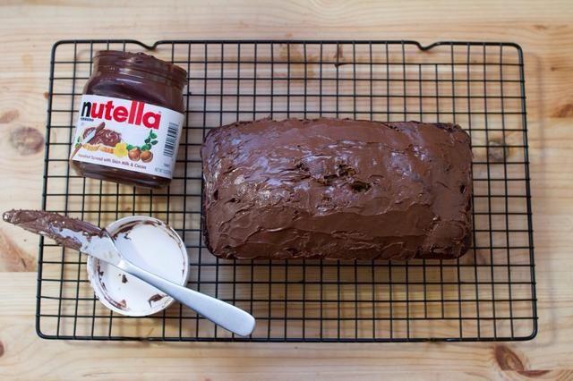 Una vez que el pan esté completamente enfriada, extender una capa delgada de Nutella en la parte superior.