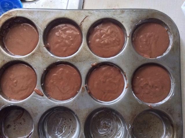 Vierta su mezcla en un molde para muffins engrasados. Llene cada molde de muffins 2.3's full.