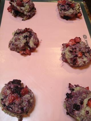 Usando una cuchara o taza de medición, la caída de la masa en la bandeja de hornear. Hice 8 bollos de esta receta.
