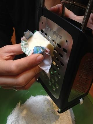 El uso de un rallador de queso, rallar la mantequilla congelada directamente en la mezcla seca.