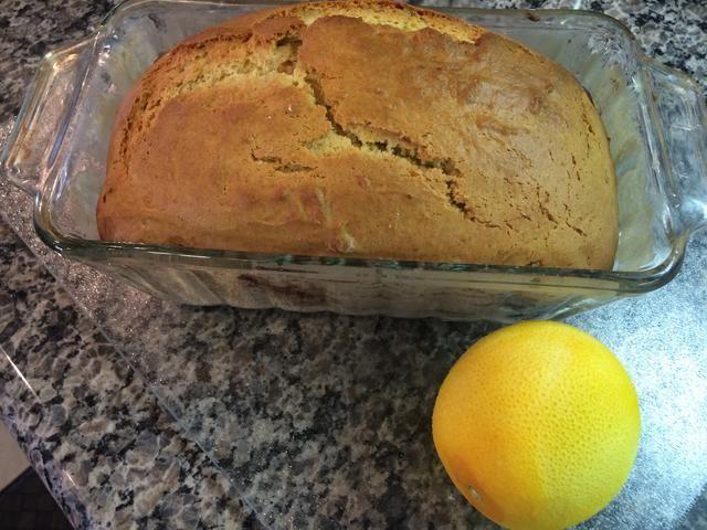 6. Enfriar el pan durante 10 minutos y luego retirar del molde para pan de continuar el enfriamiento sobre una rejilla.