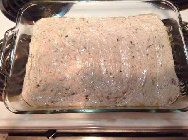 Agregue la mezcla de pastel de la torta de pan. También puede hacer dos moldes circulares si lo desea. Necesitaba esto para la clase de alimentos.