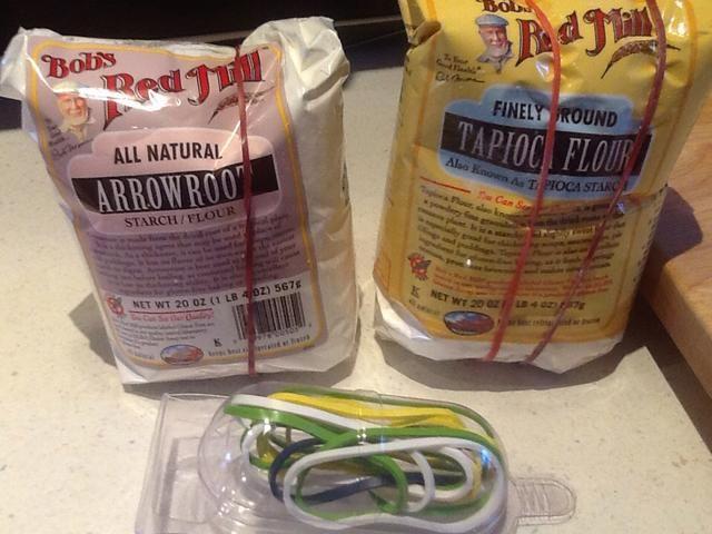 Cuando dejé mis pequeñas bolsas de harina utilizo bandas de goma de silicona para asegurarlos.