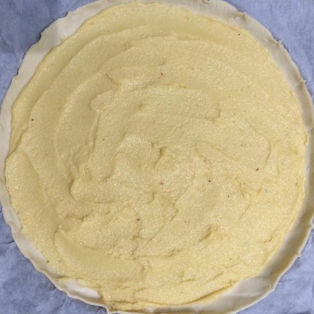 La corteza está listo con la pasta de almendras'frangipan'
