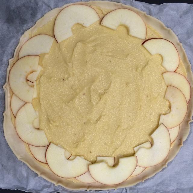 Comience a poner las manzanas sobre la pasta de almendras.