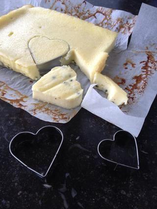 Recorta formas de corazón usando un cortador de galletas.
