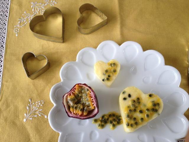 En cada placa. Coloque un corazón o dos, rematado con 1 cucharadita de fruta de la pasión pulpa. Sirva con una fruta de la pasión medio en el lateral.