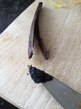 y la semilla de un grano de 1/2 de vainilla raspada.