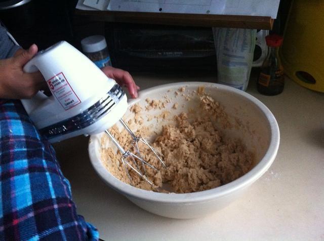 Combine la harina, el bicarbonato y la sal. Añadir a la mezcla cremosa a baja velocidad.