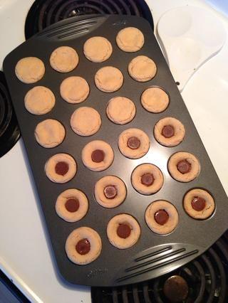Después de sacarlo del horno mientras está caliente, coloque un mini taza de mantequilla de maní en cada galleta y dejar enfriar antes de retirar de la sartén.