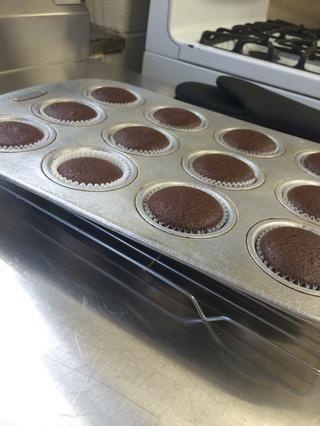 Tome pastelitos de horno, colocar sobre una rejilla de refrigeración, y dar tiempo para enfriar (Coloque en un recipiente hermético, si usted planea hacer esto en días diferentes).